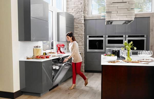 Например, запрещено мыть пластиковую посуду при высоких температурах.
