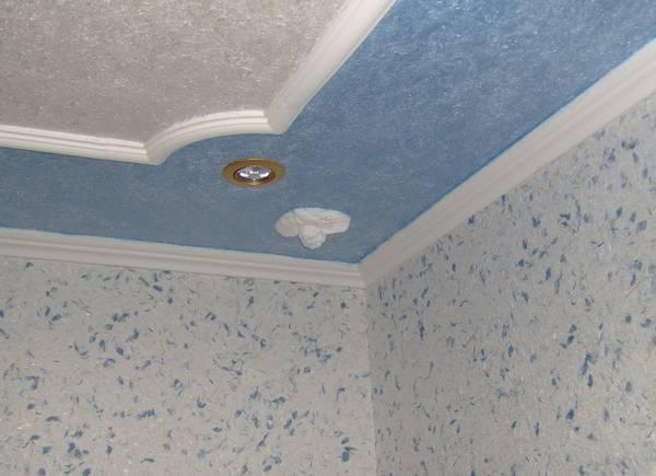 Какие потолки лучше сделать в ванной: 4 отличных варианта